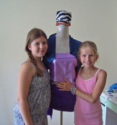 """Die Designerinnen mit der neu eingekleideten """"Annabel"""""""