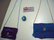 Filztaschen, eine Blumenbrosche und ein Taschentuchtäschchen mit Blume