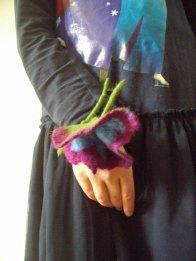 Hübsche Filzblume als Armband oder Haargummi