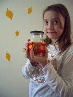 Herbstliches Glas mit einem Blatt