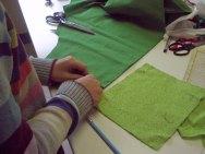 Eine Tasche wird zugeschnitten