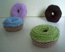 Gehäkelte Donuts mit unterschiedlichen Glasuren