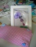 gemaltes und besticktes Bild, kleiner Polster mit Knöpfen